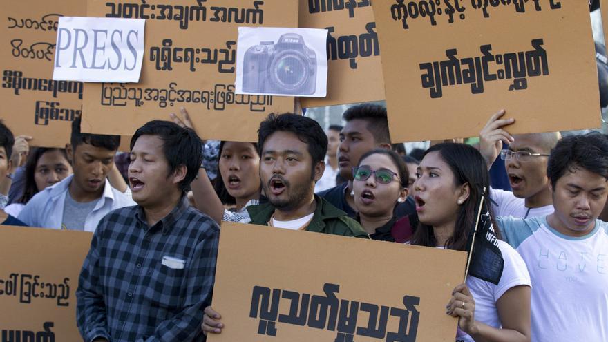 """Manifestación en Myanmar bajo el lema """"Derecho a la información"""" para pedir la liberación de tres periodistas encarcelados tras publicar información sobre la situación de las personas rohingyas / AP Photo/Thein Zaw"""