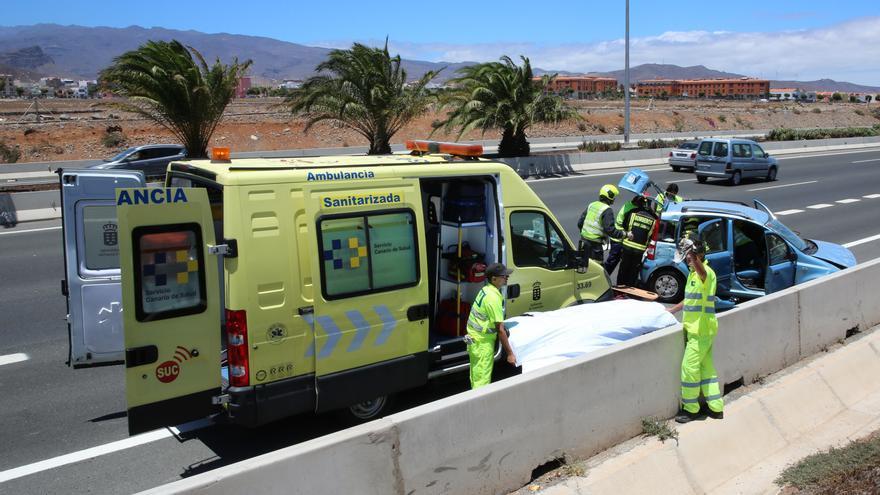 Servicios sanitarios y bomberos en la GC-3, a la altura de Vecindario, actuando tras un accidente de un vehículo.