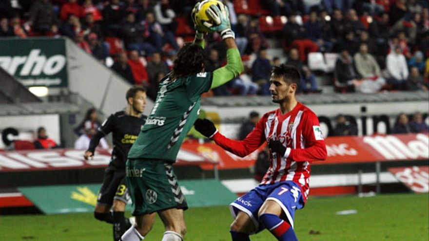 Barbosa atrapa un balón ante el delantero del Sporting de Gijón.