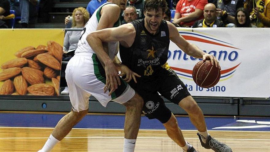 El alero canadiense del Tenerife Aaron Doornekamp (d) con el balón ante el alero del Joventut Alberto Abalde (i) durante el partido de la vigésima jornada de la liga ACB en el pabellón Insular de Tenerife Santiago Martín. EFE/Cristóbal García