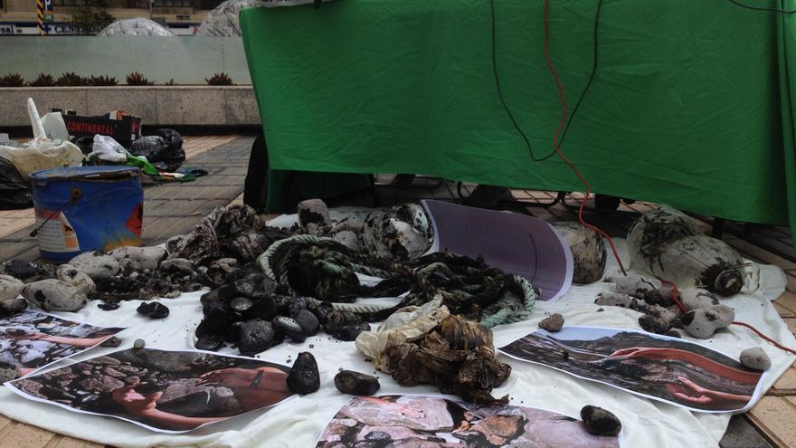 Piedras, cabos y botellas manchadas de fuel por el vertido del 'Oleg Naydenov' (IAGO OTERO PAZ).