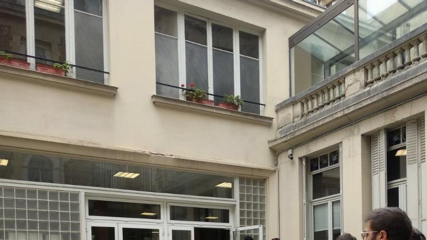 Colas en la oficina consular de París este 24 de abril. MAREA GRANATE