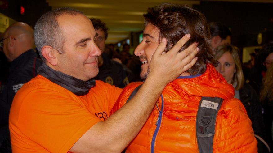 Manuel Blanco saludando a uno de sus compañeros de Proem-aid