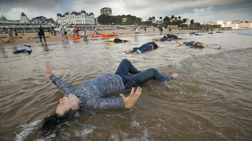 Performance 'Lo que el mar nos trae' sobre el drama de la migración realizada en la playa de El Sardinero. Andrés Fernández.