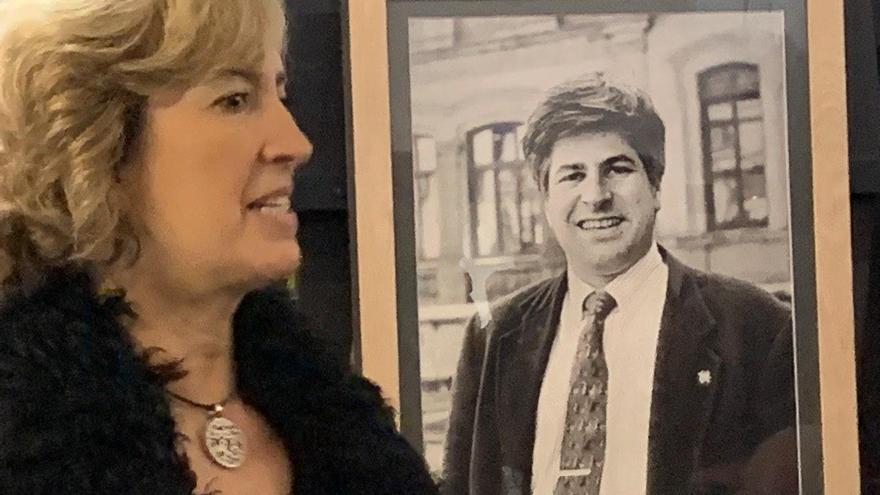 Ana Iribar, viuda de Gregorio Ordóñez, con un retrato en la exposición de Miramar
