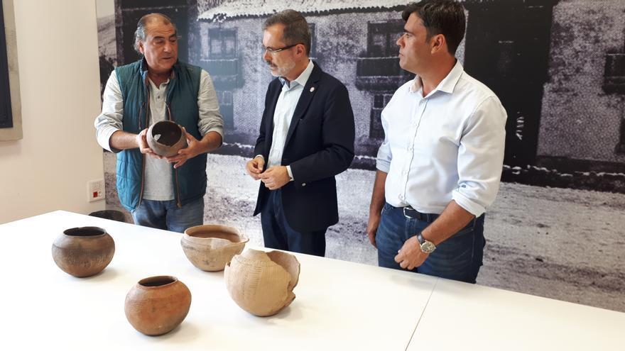 Marcial Morales inspecciona vasijas prehispánicas custodiadas por el Cabildo de Fuerteventura