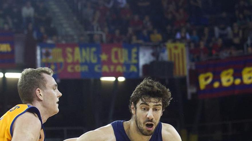 El pívot croata del FC Barcelona Lassa Ante Tomic (d) trata de superar la defensa de Anzejs Pasecniks, del Herbalife Gran Canaria, durante el partido de la Liga ACB de baloncesto disputado en Barcelona. EFE/Marta Pérez