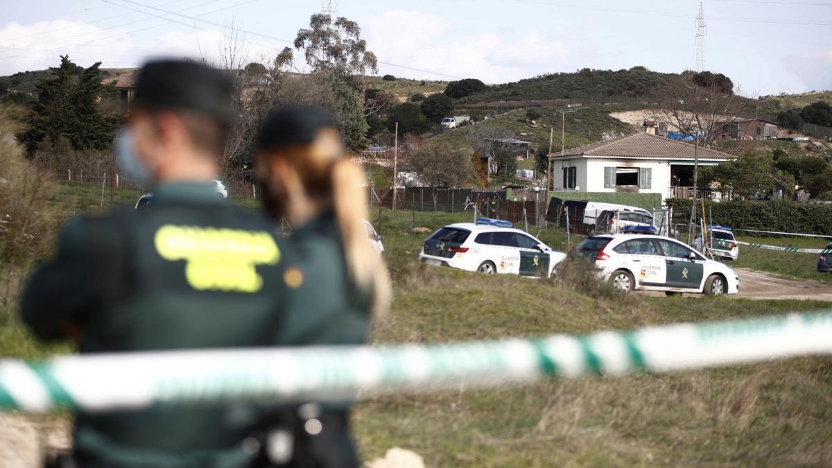 Agentes de la Guardia Civil en las inmediaciones de la vivienda de El Molar./ EFE