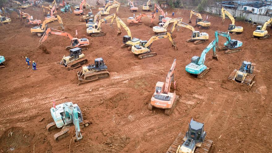 Decenas de excavadoras construyen un hospital a contrarreloj en la ciudad de Wuhan, China