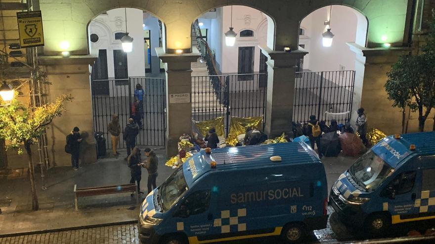 Familias refugiadas ante la verja cerrada del Samur Social de Madrid sin un lugar en el que dormir