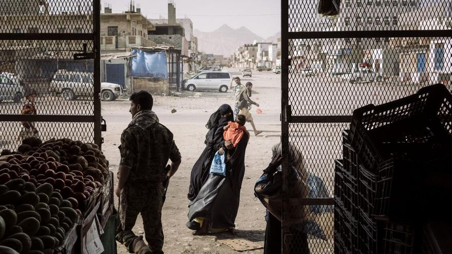 'Yemen Crisis', serie ganadora del primer premio en la categoría 'Noticias generales'. Una mujer mendiga frente a una tienda de comestibles en Azzan, una importante ciudad del sur del país en el que se han enfrentado el gobierno y las fuerzas insurgentes en Yemen