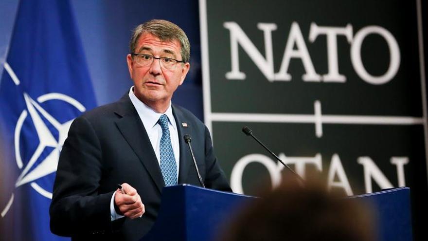 Carter visita por sorpresa Afganistán tras el anuncio de mantenimiento de tropas