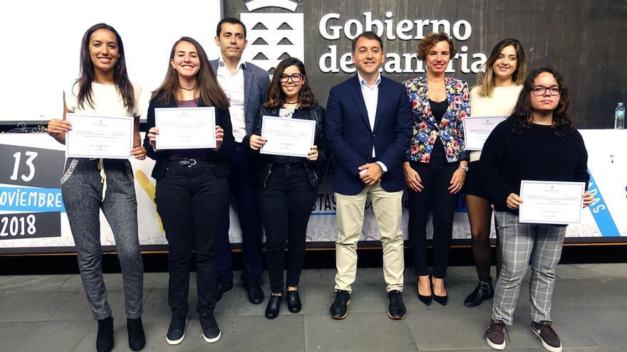 Foto de familia con el alcalde Bermúdez y las jóvenes premiadas