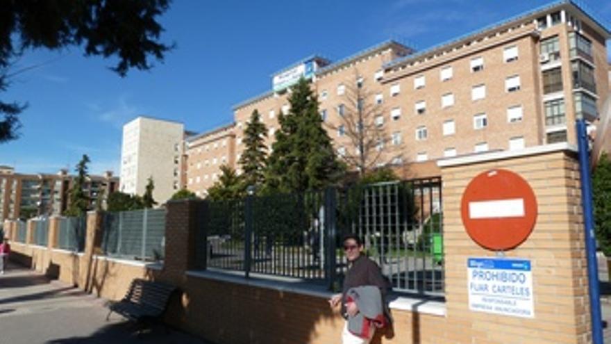 Un fumador en las cercanías de un hospital