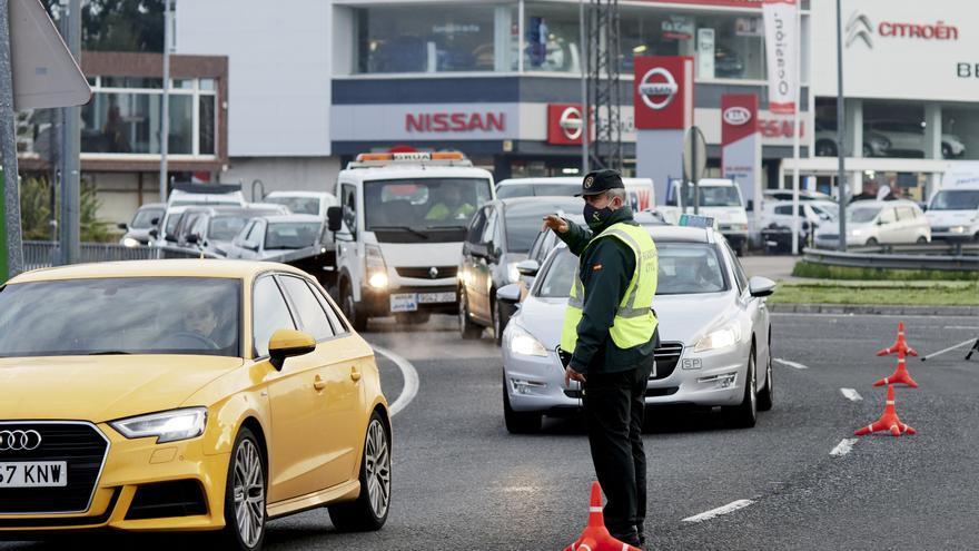 Archivo - Agentes de la Guardia Civil dan el alto a vehículos durante un control
