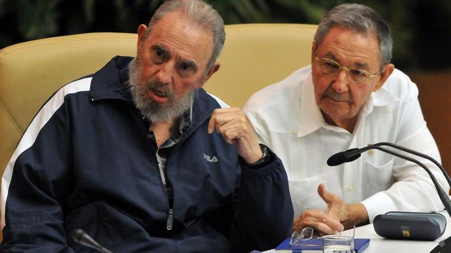 """Cuba, huérfana del """"patriarca"""" Fidel, sigue el camino trazado por Raúl Castro"""