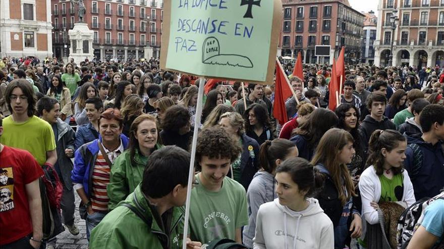 'Marea verde' pide la retirada de la LOMCE a las puertas de la convención nacional del PP en Valladolid.