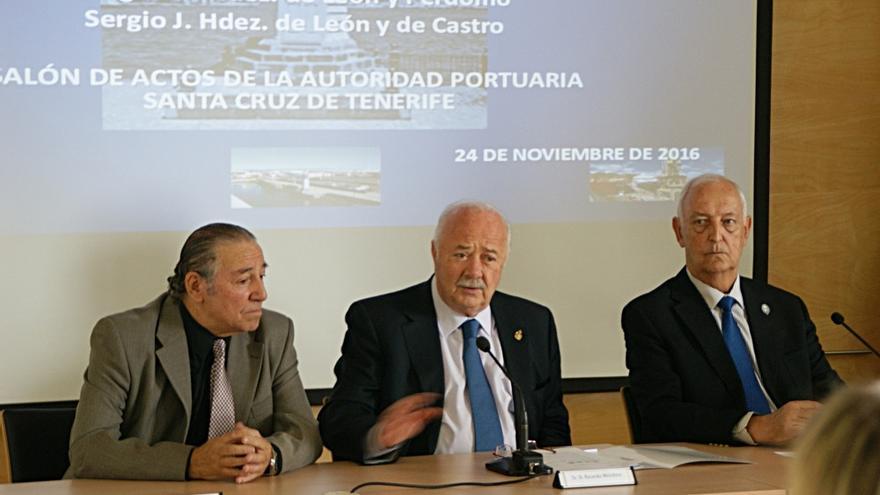 Sergio Hernández, Ricardo Melchior y José Manuel Ledesma en la presentación de 'Santa Cruz de Tenerife, mi puerto'
