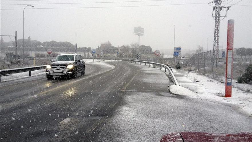 Caen los primeros copos de nieve en la ciudad de Madrid y en la sierra norte