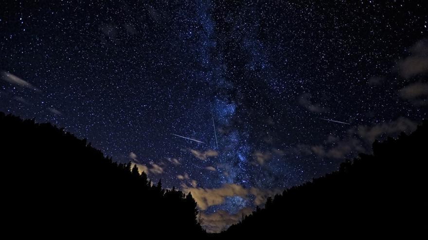 Cielo con presencia de meteoritos