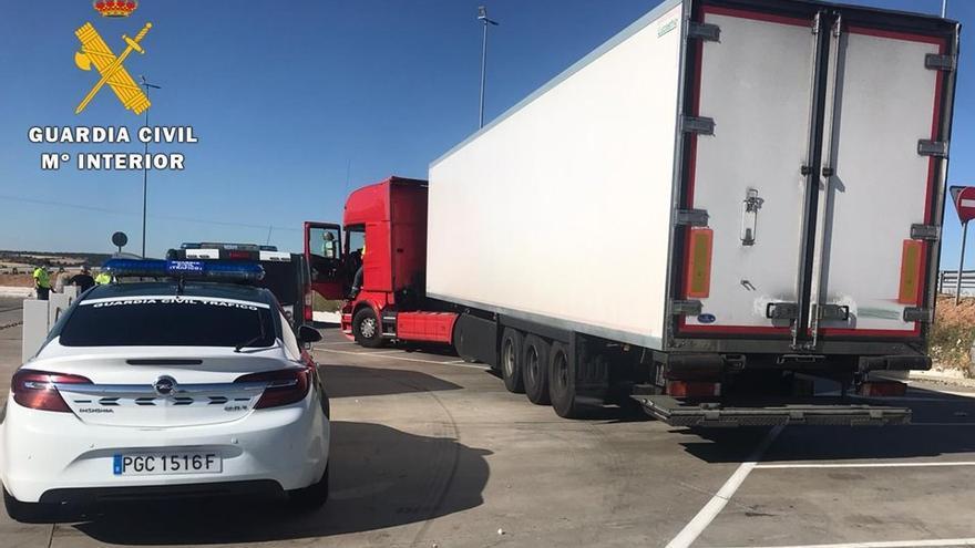 El camión del conductor ebrio, inmovilizado por la Guardia Civil.