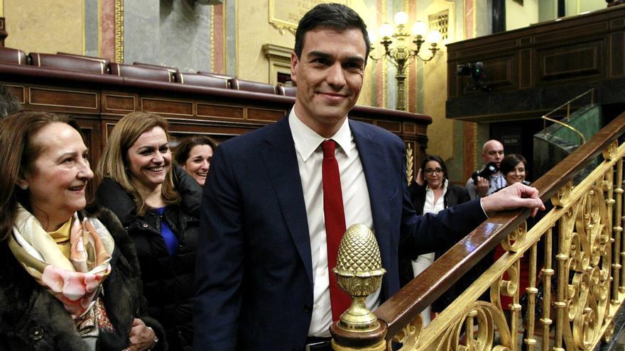 Pedro Sánchez en los pasillos del Congreso rodeado de sonrisas. Foto: Marta Jara
