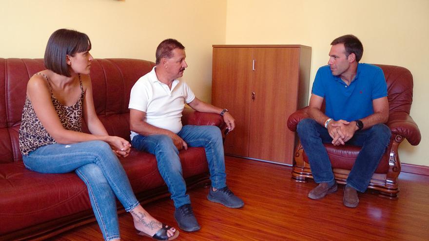 Reunión del alcalde de Fuencaliente, Gregorio Alonso Méndez (c), y Patricia Hernández, teniente alcaldesa, con Iñaki Jiménez, gerente la Unión Temporal de Empresas (UTE) Tajuya.
