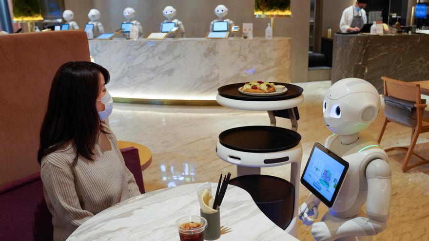 Japón ensaya con robots camareros y carteros a prueba de virus
