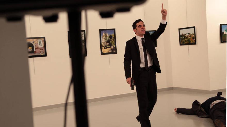 El autor del tiroteo grita junto al cuerpo abatido del embajador ruso en Turquía (Associated Press / Burhan Ozbilici)