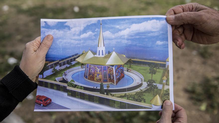 Los vecinos muestran el proyecto de jardín y cripta, diseñado por Kiko Argüello, que iban a construir junto a la parroquia. / O. C.