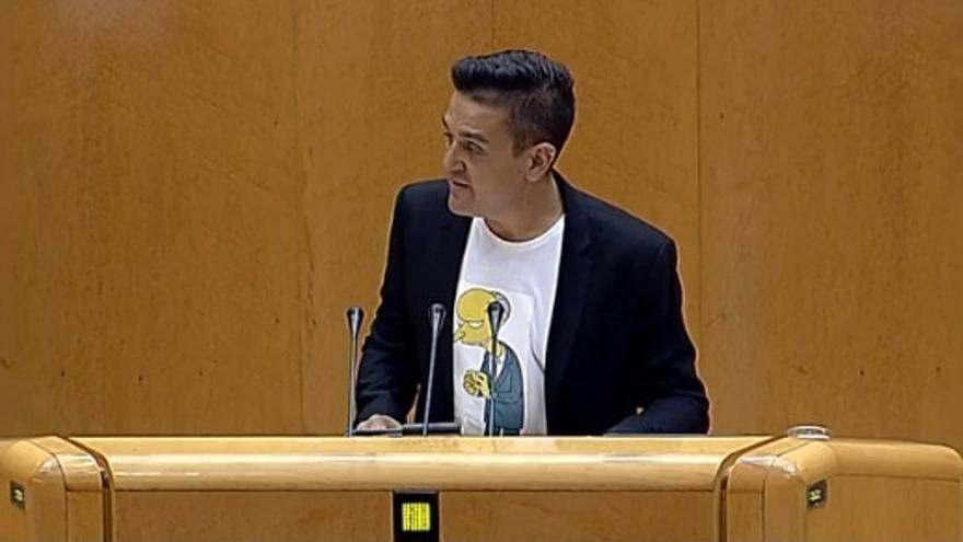 El senador de Compromís aparece en su primer debate con Montoro con una camiseta del señor Burns de Los Simpson