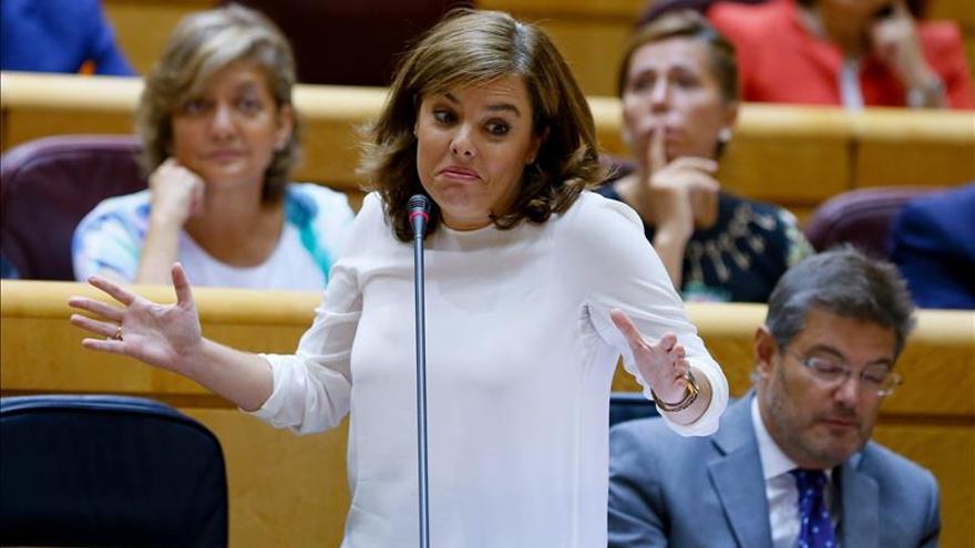 Saénz de Santamaría cree que a PSOE se le ve el plumero electoral con los refugiados