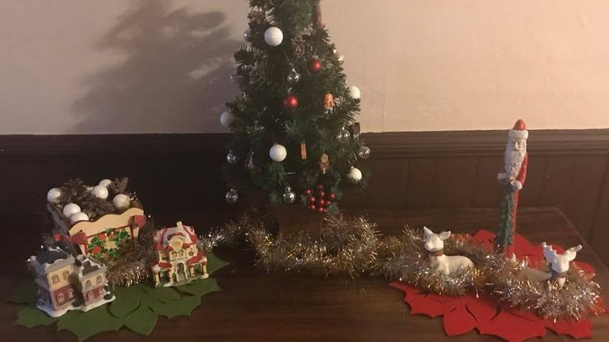 Decoraciones navideñas en Alderson Hospitality House.