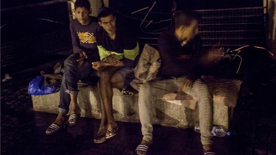 Algunos chicos viven en los alrededores del CETI. Un espacio de sociabilidad. Muchos de sus habitantes pasan horas durante el día y durante la noche por allí. Incluso, los internos del CETI les sacan algo de comer a los que viven fuera.//FOTO: Robert Bonet