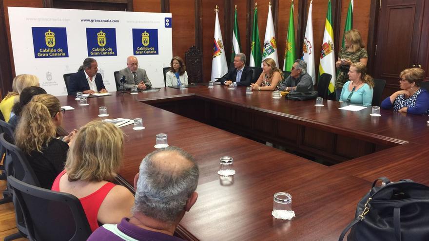 Gran Canaria destina 20.000 euros al colectivo de niños robados para respaldar su lucha y le da acceso a sus archivos.