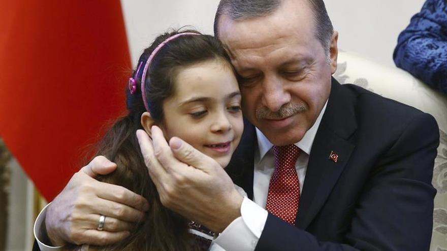 """Erdogan recibe en Turquía a la """"niña tuitera"""" tras ser evacuada de Alepo"""