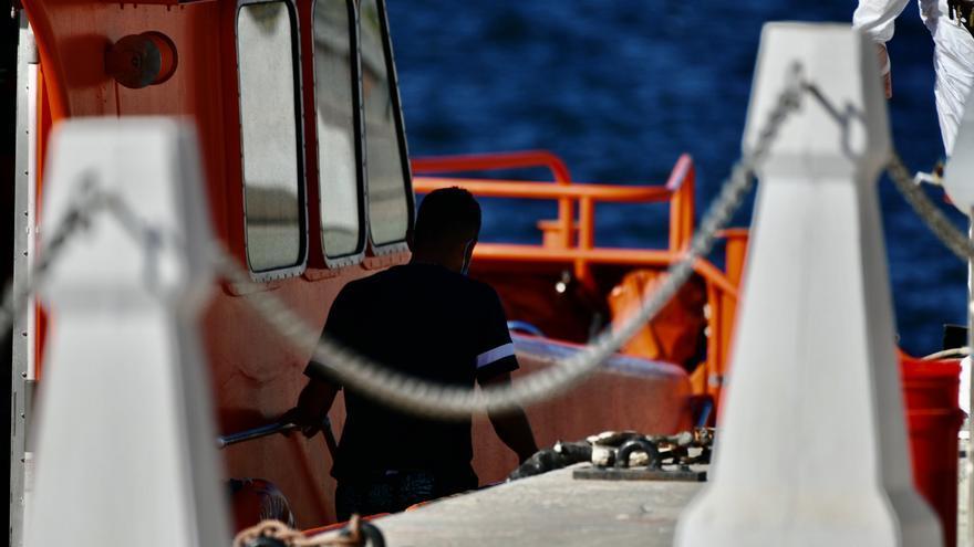 Un migrante a bordo de una embaración de Salvamento Marítimo.