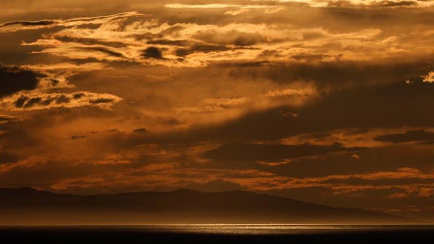 La Agencia Estatal de Meteorología (Aemet) prevé para hoy, sábado, tormentas localmente fuertes en el este peninsular y Baleares, precipitaciones en el oeste de Galicia y nubosidad de evolución en el resto del país, con chubascos en áreas de montaña.