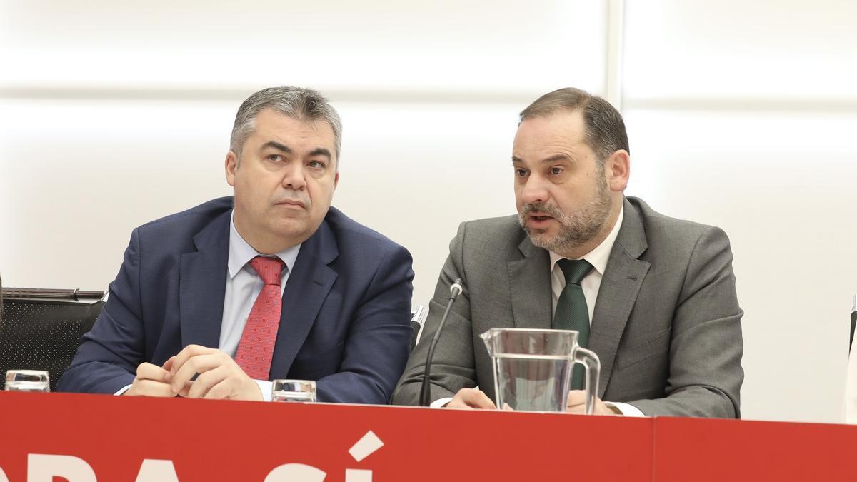 José Luis Ábalos conversa con Santos Cerdán en una reunión de la Comisión Permanente de la Ejecutiva Federal del PSOE