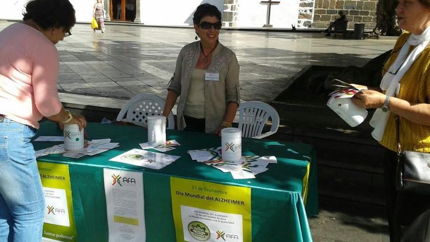 Imagen de archivo de voluntarias de AFA La Palma en la Plaza de España de Los Llanos de Aridane.