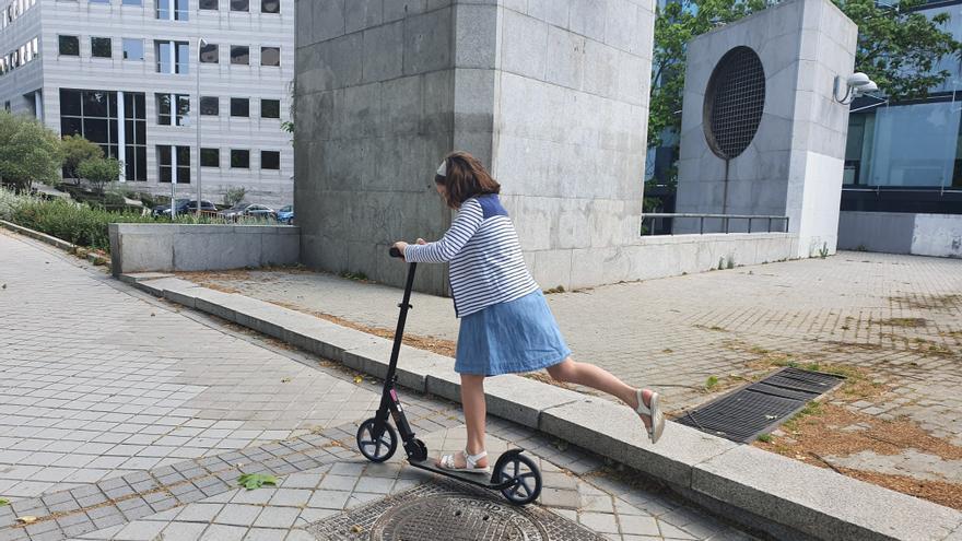 Eleonor, de camino al parque montada en un patinete sobre el que hace equilibrios