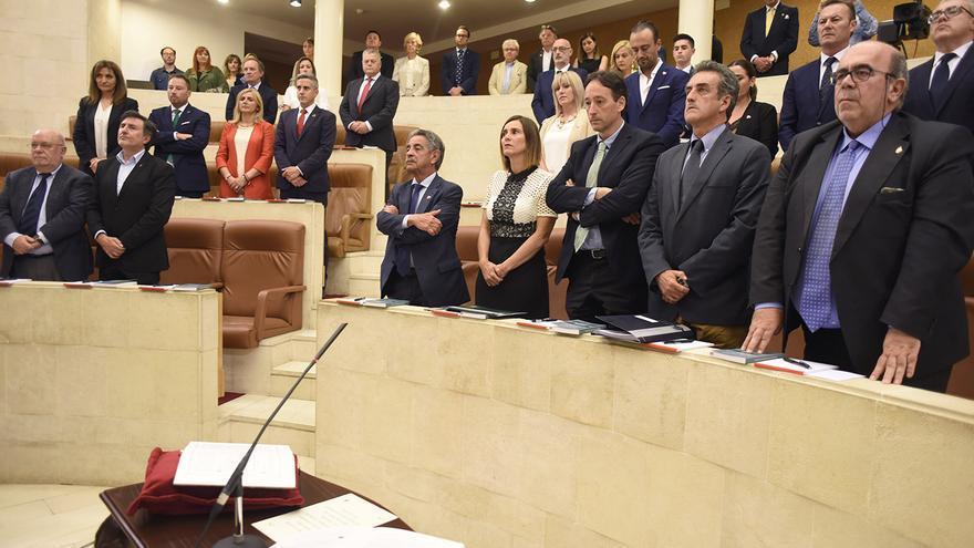 La Cámara ha guardado un minuto de silencia en memoria de Rafael de la Sierra. | JOAQUÍN GÓMEZ SASTRE