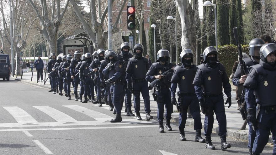 Sindicatos policiales piden el cese del jefe de la UIP en Barcelona por justificar agresiones de violentos en el fútbol
