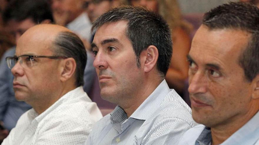 El candidato de Coalición Canaria a la Presidencia del Gobierno de Canarias, Fernando Clavijo (c), junto a los dirigentes nacionalistas José Miguel Ruano (d) y José Miguel Barragán (i). (Efe/Elvira Urquijo A.).