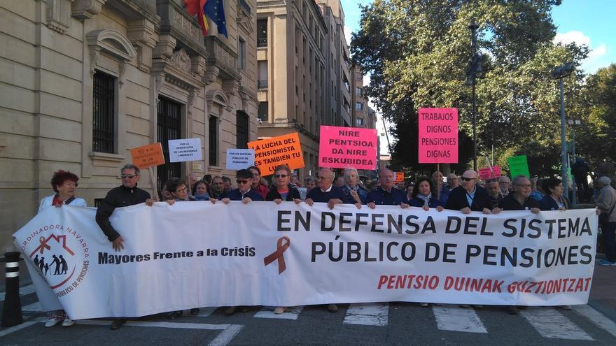 """Jubilados navarros se manifiestan en Pamplona para exigir pensiones """"dignas"""" y """"el cese de los recortes"""""""