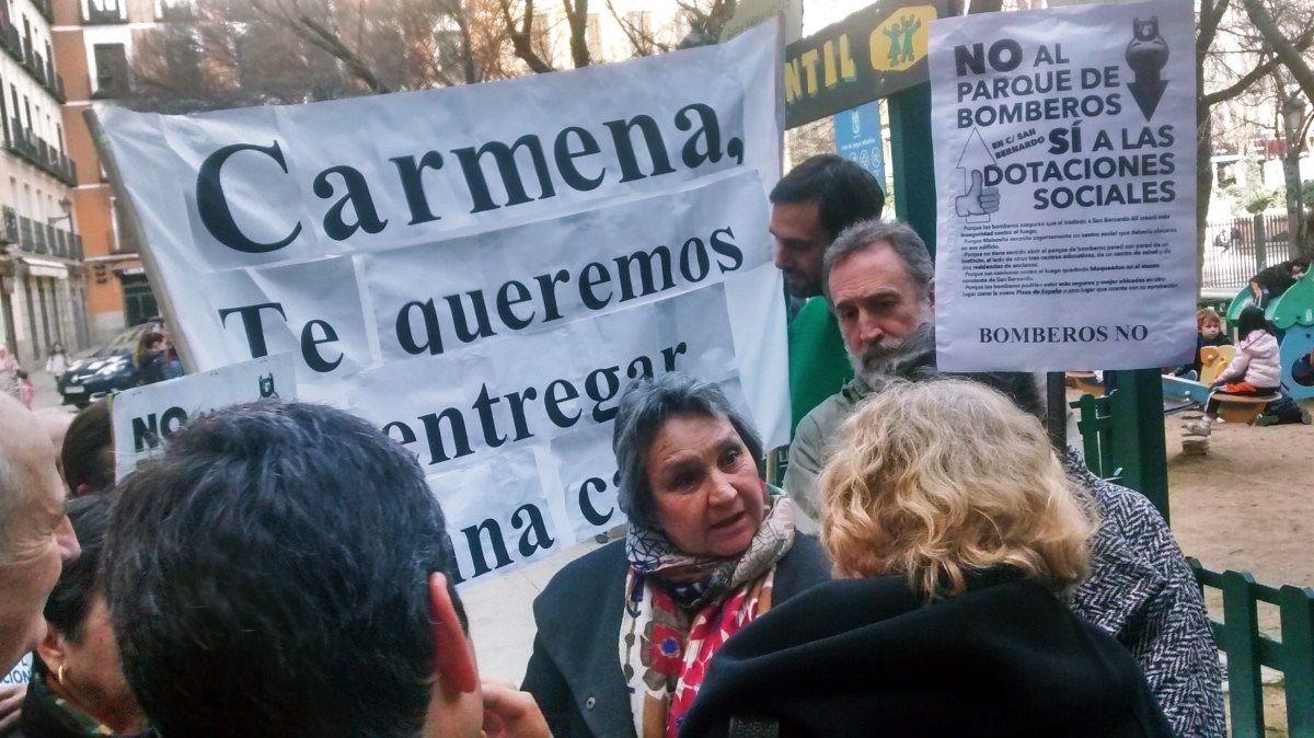 El grupo de vecinos que protestó durante la visita de Carmena a Malasaña, conversando con la alcaldesa | SOMOS MALASAÑA