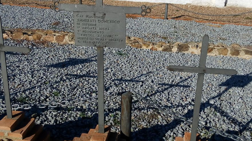 La placa detalla del cementerio alemán detalla que se trata de soldados de la brigada mixta Flecha Azul muertos en combate en la Sierra Argallán. Allí la brigada cosechó muchas bajas, pero también muchos éxitos / JCD