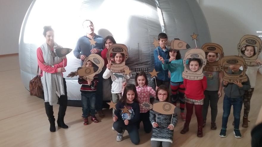 Niños durante un taller en torno a la proyección 360º