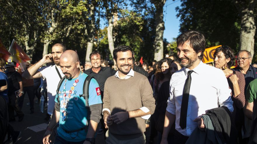 """Alberto Garzón y Rafael Mayoral se acercan a saludar a los manifestantes de """"rodea el Congreso"""", a pocos minutos de comenzar la protesta"""