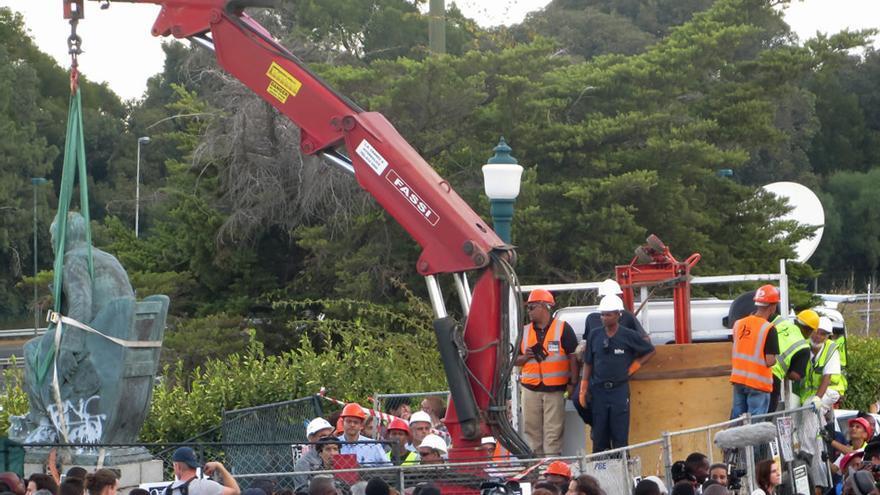 Retirada de la estatua de Cecil Rhodes en Ciudad del Cabo después de las protestas de 2015